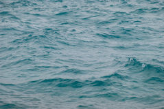 美好的清楚的绿松石海海洋水表面照片特写镜头与波纹低落的在海景背景挥动 免版税库存照片