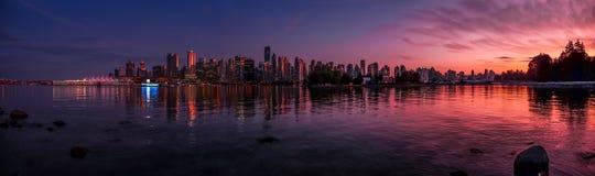 美好的温哥华地平线和港口有田园诗日落的发光, BC,加拿大 免版税库存照片