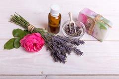 美好的温泉构成用在桌上的淡紫色 库存照片