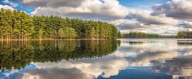 美好的湖反射 库存图片
