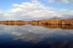 美好的湖和云彩scape 图库摄影