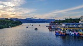 美好的湖场面,日落视图 免版税库存图片
