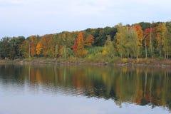美好的湖视图在秋天 免版税库存照片