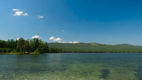 美好的湖视图 与蓝天、树和湖, timelapse的夏天风景 库存图片