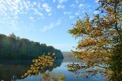 美好的湖风景在有雾的秋天早晨 库存图片