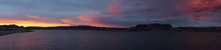 美好的湖鲍威尔日落和风暴全景 库存照片