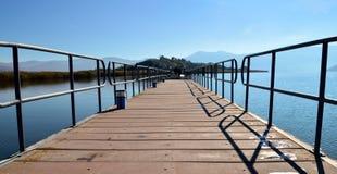 美好的湖scape和浮桥 免版税库存照片