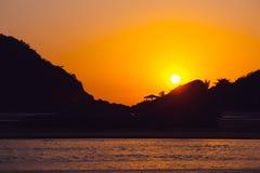 美好的热带日落在果阿,印度 免版税库存照片