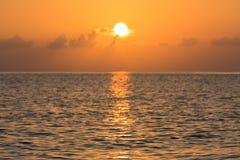 美好的热带日落海洋背景 免版税库存照片