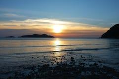 美好的照明设备风景和云彩在日落前,长滩,酸值张海岛, Trat省,泰国 免版税库存照片