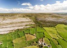 美好的爱尔兰乡下自然的史诗鸟瞰图 图库摄影