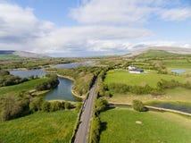 美好的爱尔兰乡下自然的史诗鸟瞰图 库存图片