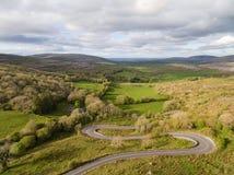 美好的爱尔兰乡下自然的史诗鸟瞰图 免版税库存照片