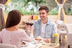 美好的爱恋的夫妇庆祝周年 免版税库存照片