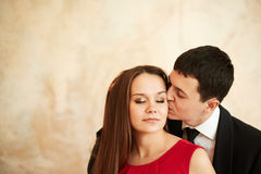 年轻美好的爱恋的时髦的夫妇 免版税库存照片