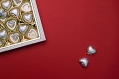 美好的爱概念为情人节 有里面巧克力心形的甜点的被打开的甜箱子 库存图片