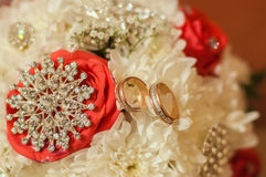 美好的玫瑰和圆环婚礼花束  库存图片