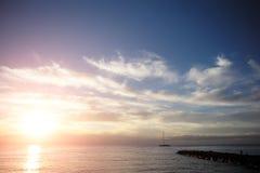 美好的玫瑰色海洋日落 免版税图库摄影