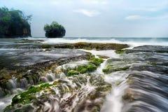 美好的珊瑚海景风景在Sawarna,万丹省,印度尼西亚的 库存照片