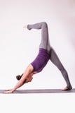 年轻美好的瑜伽女性摆在演播室 库存图片