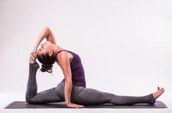 年轻美好的瑜伽女性摆在 免版税图库摄影