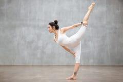 美好的瑜伽:舞蹈姿势的阁下 库存照片