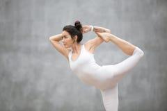 美好的瑜伽:跳舞希瓦姿势 免版税库存图片