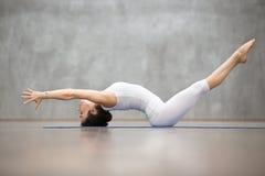 美好的瑜伽:Matsyasana姿势 免版税图库摄影