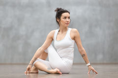 美好的瑜伽:Matsyendrasana姿势 免版税图库摄影
