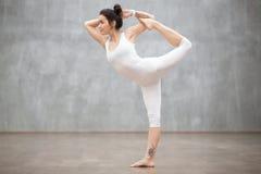 美好的瑜伽:Natarajasana姿势 免版税图库摄影