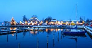 美好的瑞士圣诞节市场在湖岸的瑞士与积雪的船在蓝色小时 库存照片