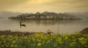 美好的瓷国家(地区)湖风景 免版税库存照片