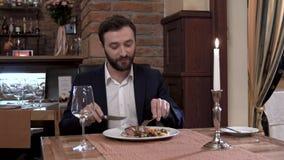 美好的用餐的餐馆的客人 在随员敬佩肉盘的可敬的人 股票视频