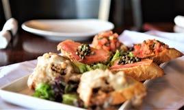 美好的用餐的bruschetta分类开胃菜 免版税库存图片