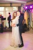 美好的白种人婚礼夫妇结婚的和跳舞他们的第一个舞蹈 免版税库存图片