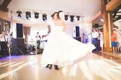 美好的白种人婚礼夫妇结婚的和跳舞他们的第一个舞蹈 库存图片