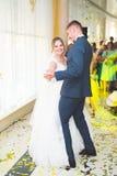 美好的白种人婚礼夫妇结婚的和跳舞他们的第一个舞蹈 图库摄影