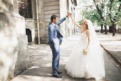 美好的白种人婚礼夫妇结婚的和跳舞他们的第一个舞蹈 免版税图库摄影