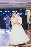 美好的白种人婚礼夫妇结婚的和跳舞他们的第一个舞蹈 免版税库存照片
