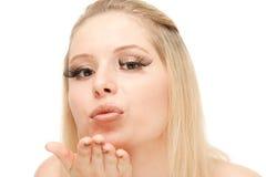 美好的白肤金发的吹的亲吻 免版税库存图片