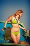 美好的白肤金发的女孩诉讼游泳 免版税库存照片