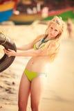 美好的白肤金发的女孩诉讼游泳 库存照片