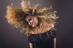 美好的白肤金发的女孩跳舞 免版税库存图片