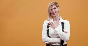 美好的白肤金发的妇女点她的手指在apreciation和认同的标志 股票录像