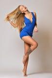 美好的白肤金发的妇女跳舞 免版税库存照片