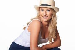 美好的白肤金发的模型画象与草帽的,隔绝在w 免版税库存照片