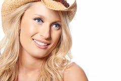 美好的白肤金发的模型画象与草帽的,隔绝在w 图库摄影