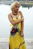 美好的白肤金发的礼服黄色 免版税图库摄影