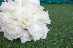 美好的白色婚礼开花在绿草的花束 图库摄影