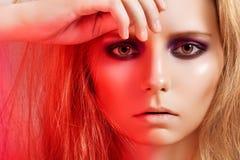 美好的眼睛方式做模型发烟性妇女 免版税库存照片